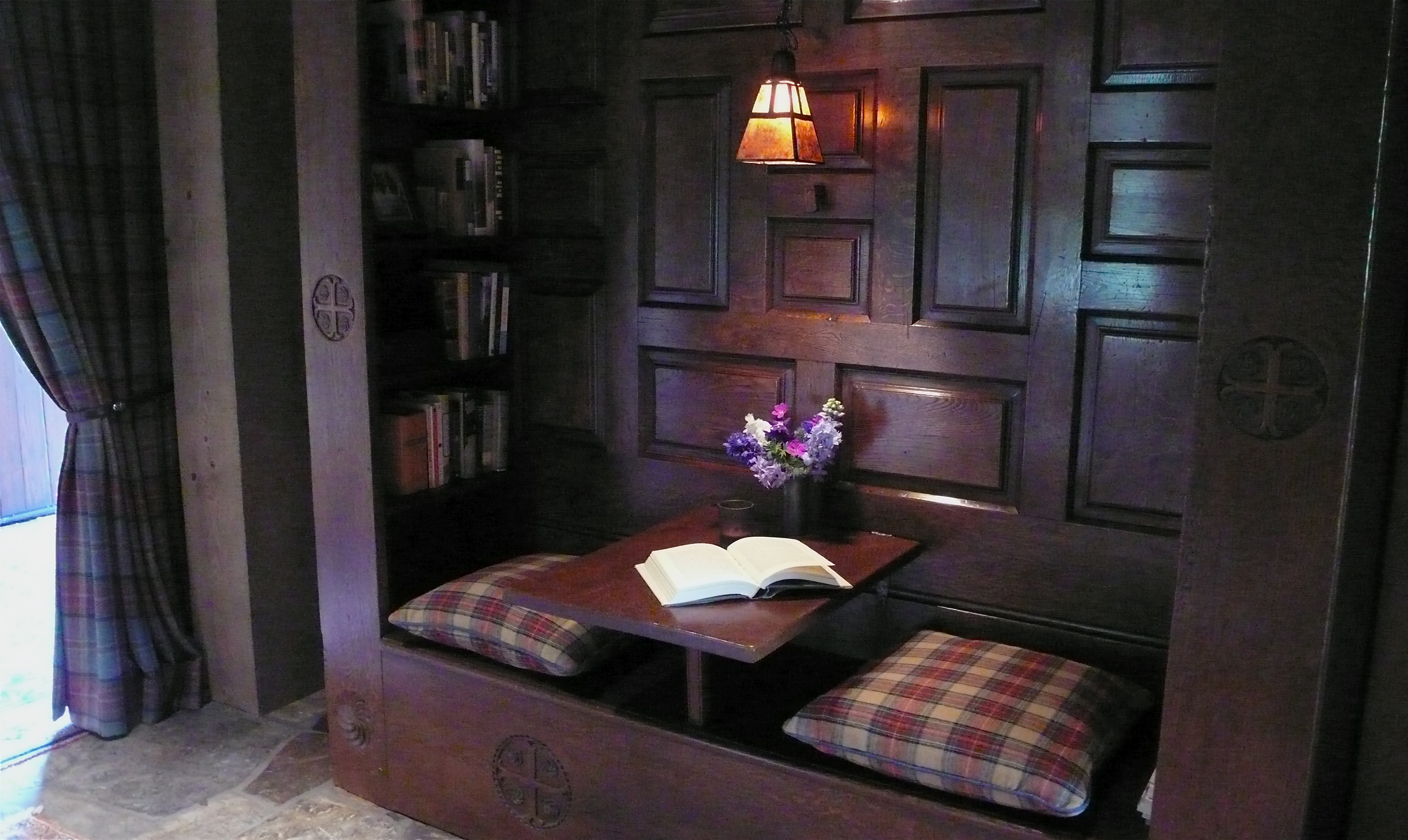 a cozy reading nook, slimpaley.com