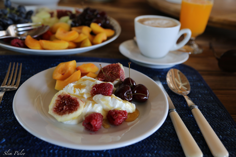 Greek yoghurt & fresh fruits